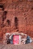 Santorini. Roter Sandstrand. Lavasteinhaus lizenzfreie stockbilder