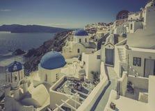 Santorini scena z sławnymi błękitnymi kopuła kościół, Grecja Zdjęcie Stock