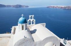 Santorini - schauen Sie gewöhnlich zur kleinen Kirche Theoskepasti in Imerovigli unter dem Scaros Lizenzfreies Stockfoto