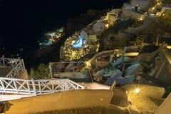 Santorini - schauen Sie von der Stadt unten, um Amoudi in Oia zu beherbergten Lizenzfreie Stockfotografie