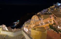 Santorini - schauen Sie von der Stadt unten, um Amoudi in Oia zu beherbergten Stockbild