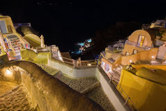 Santorini - schauen Sie von der Stadt unten, um Amoudi in Oia zu beherbergten Lizenzfreies Stockfoto