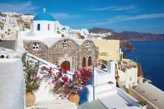 Santorini - schauen Sie zum gewöhnlich blau-weißen churche in Oia Lizenzfreie Stockfotos