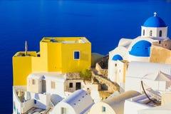 Santorini sikter på calderaen från härlig by av Oia, Cyclades, Grekland Royaltyfri Bild