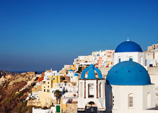 Santorini slösar kupolkyrkor i den Oia byn, Grekland Royaltyfri Foto