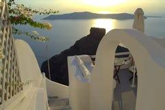Santorini solnedgång, klippa, båge och moment - ner Royaltyfri Foto