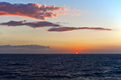 Santorini solnedgång och blåtthav och himmel royaltyfria bilder
