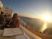 Santorini solnedgångmatställe Royaltyfri Fotografi