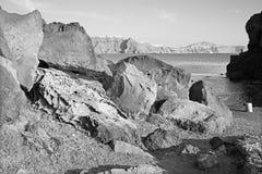 Santorini - spojrzenie kaldera przez pumice głazy z Scaros ans Imerovigili zdjęcie stock