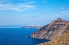 Santorini - spojrzenie Skaros kasztel z i Oia zdjęcia stock