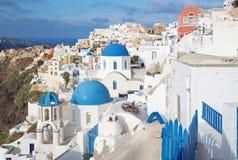 Santorini - spojrzenie typowo błękitni kościelni cupolas w Oia obrazy royalty free