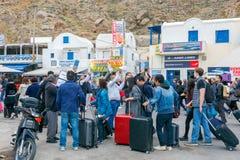 Santorini Spotkanie turyści przy portem Athinios i pasażery Fotografia Royalty Free