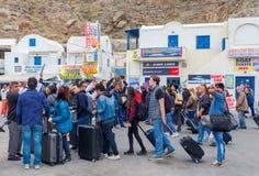 Santorini Spotkanie turyści przy portem Athinios i pasażery Zdjęcia Royalty Free