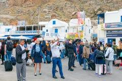Santorini Spotkanie turyści przy portem Athinios i pasażery Obrazy Royalty Free