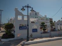 Santorini stil som bygger vita och bl?a f?rger arkivfoto