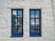 Santorini stil som bygger vita och bl?a f?rger royaltyfri foto