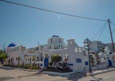 Santorini stil som bygger vita och bl?a f?rger royaltyfria bilder