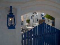 Santorini stil som bygger vita och bl?a f?rger fotografering för bildbyråer