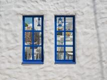 Santorini stil som bygger vita och bl?a f?rger arkivbild