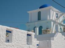 Santorini stil som bygger vita och bl?a f?rger arkivbilder