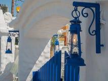 Santorini stil som bygger vita och bl?a f?rger royaltyfria foton