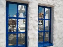 Santorini stil som bygger vita och bl?a f?rger royaltyfri bild