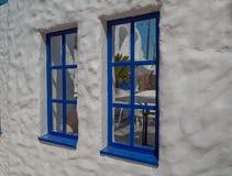 Santorini stil som bygger vita och bl?a f?rger arkivfoton