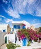 Santorini - tipicamente poucas casa e jarda com floresce em Oia Imagens de Stock Royalty Free