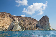 Santorini - tours blanches de roche de la partie du sud de l'île Images stock