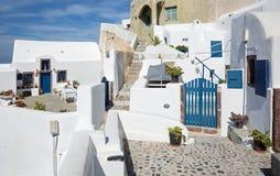 Santorini - typisch doorgang met bloeit hij in Oia Stock Afbeelding