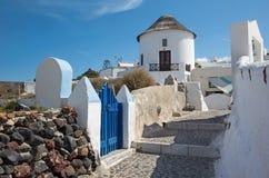 Santorini - weinig typisch doorgang in Oia Stock Foto