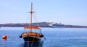 Santorini wyspa, Grecja - łódź i statek wycieczkowy blisko Nea Kameni wyspy obrazy royalty free