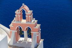 Santorinieiland in Griekenland - Klokketoren van klassieke kerk Stock Foto's