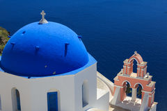 Santorinieiland in Griekenland - Koepel van klassieke kerk Royalty-vrije Stock Afbeeldingen