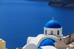 Santorinieiland in Griekenland - Witte kerk op blauwe achtergrond Stock Foto's