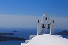 Santorinieiland in Griekenland - Witte kerk op blauwe achtergrond Stock Fotografie