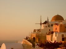 Santorinihuizen door zonsondergang Royalty-vrije Stock Foto
