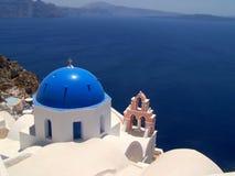Santorinilandschap met een blauwe koepel Royalty-vrije Stock Foto