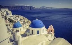 Santoriniscène met blauwe koepelkerken, Griekenland Royalty-vrije Stock Afbeelding