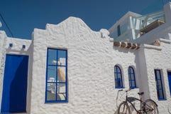 Santorinistijl die witte en blauwe kleuren bouwen stock foto