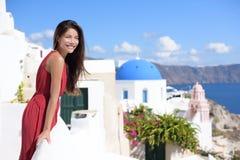 Santorinitoerisme - Aziatische vrouw op de zomerreis stock foto's