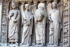 Santos en la catedral París de Notre Dame Fotos de archivo