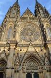 Santos Vitus, Wenceslaus y Adalbert de la catedral en Praga, República Checa, imagen de archivo
