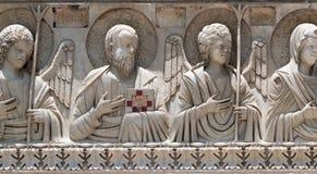 Santos y ángeles, decoración del baptisterio, catedral en Pisa fotos de archivo