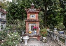 Santuário budista pequeno perto do um pagode da coluna, Hanoi, Vietname foto de stock royalty free