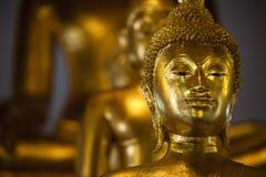 Santuário com as estátuas douradas da Buda fotografia de stock