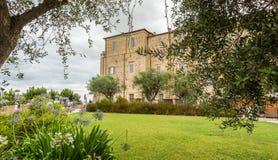 Santuário da casa santamente de Loreto, marços, Itália Vista do palácio apostólico e do jardim imagens de stock