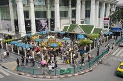 Santuário de Erawan e povos Thao rezando Maha Phrom ou Lord Brahma em Ratchaprasong imagem de stock royalty free