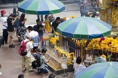 Santuário de Erawan e povos Thao rezando Maha Phrom ou Lord Brahma em Ratchaprasong fotos de stock royalty free