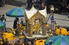 Santuário de Erawan e povos Thao rezando Maha Phrom ou Lord Brahma em Ratchaprasong imagem de stock